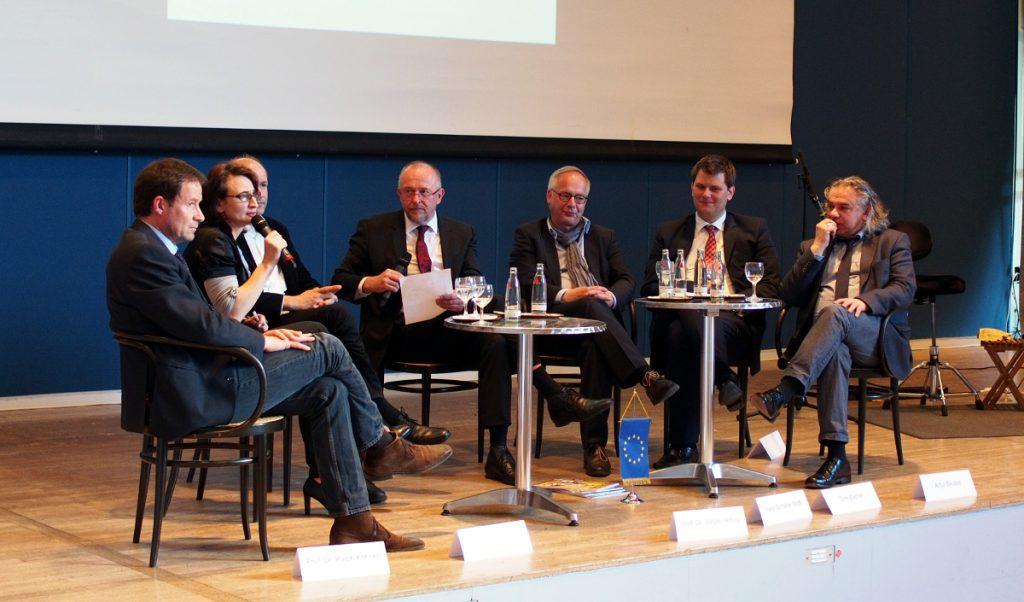 Das Podium (v.l.n.r.: Prof. Dr. Ralph Könen, Emanuela Danielewicz, Prof. Dr. Jürgen Mittag, Axel Schäfer MdB, Dirk Zache, Thorsten Klute und Artur Becker