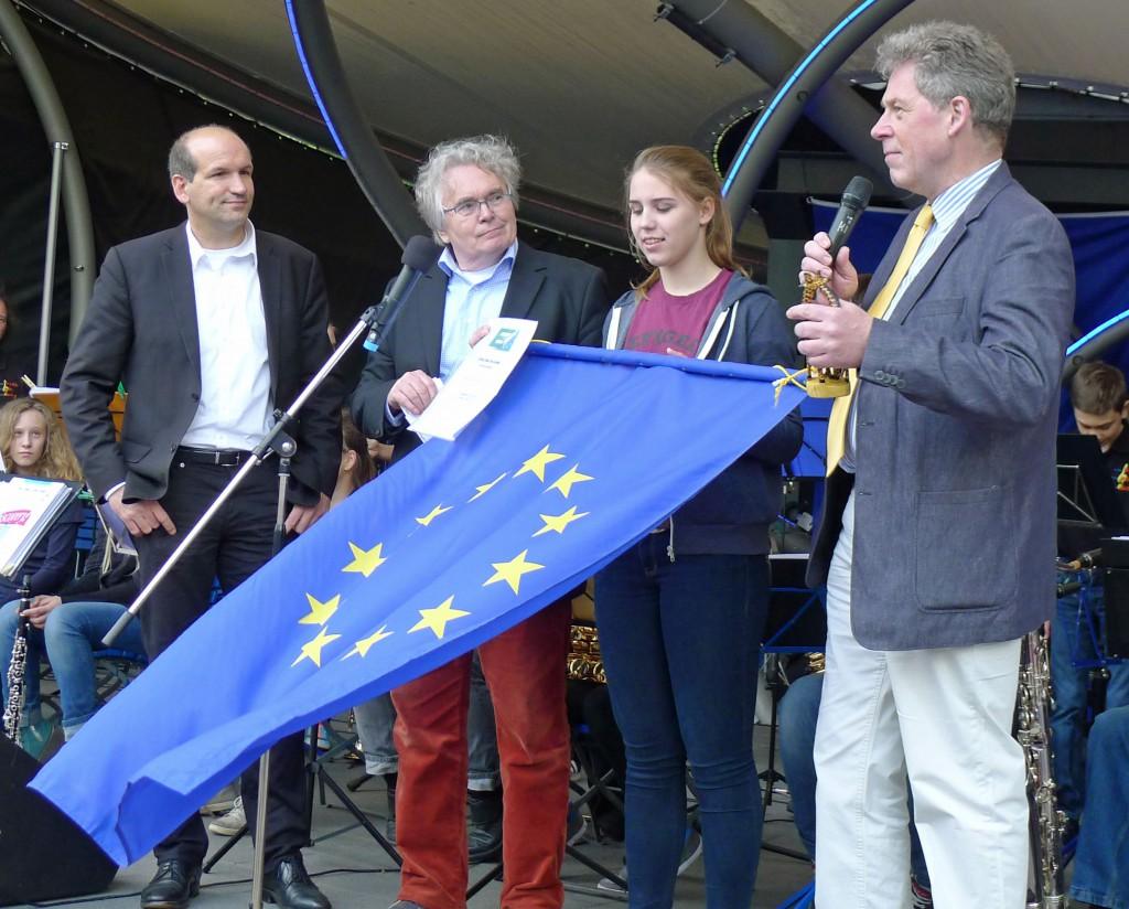 Dr. Jürgen Mittag (links) und Lothar Gräfingholt (Mitte) bei der Verleihung des Banners.