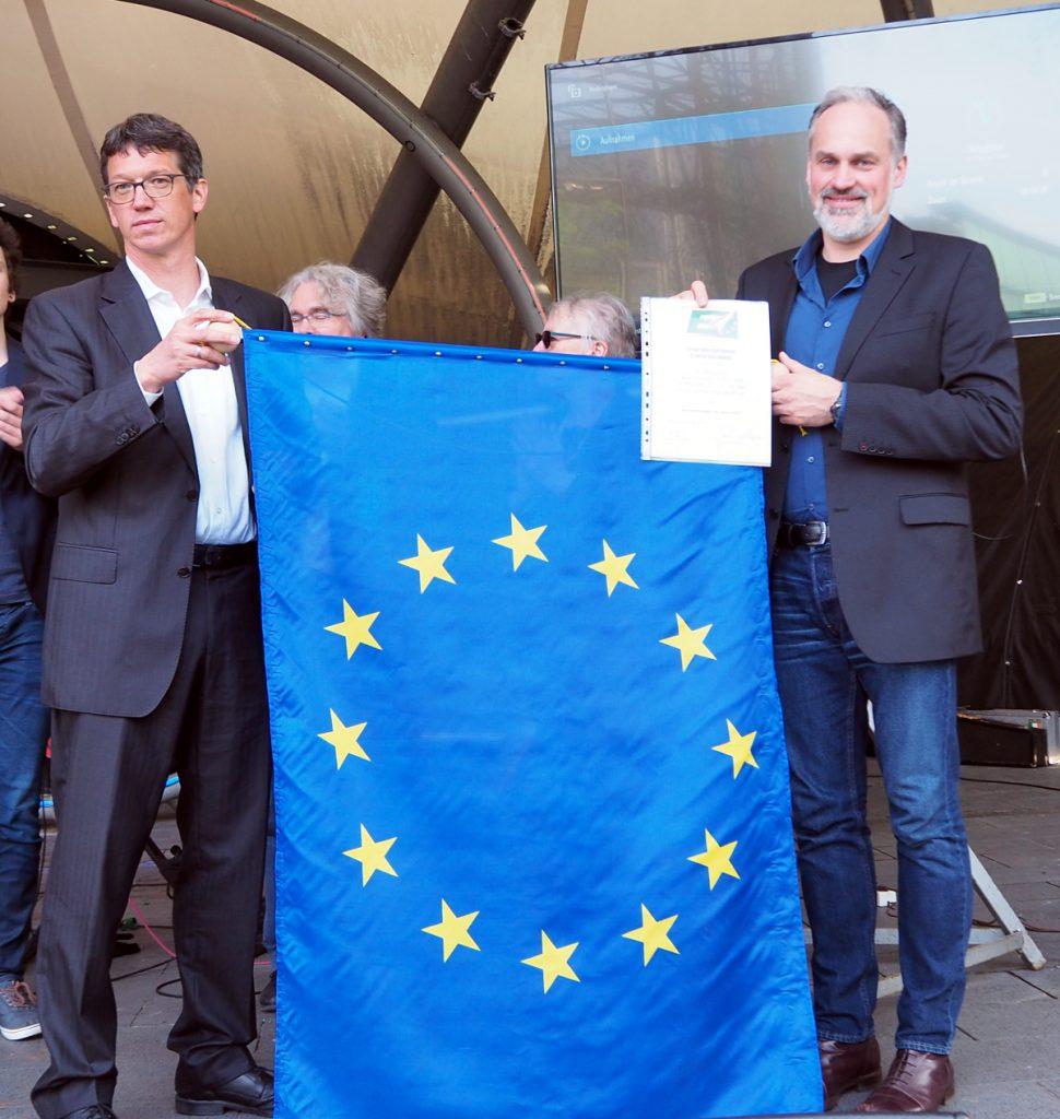 Prof. Dr. Rainer Eising (links) und Markus Reinecke mit dem Europabanner